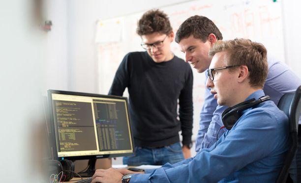 Ouluun kaivataan lisää sovellusohjelmoijia ja muita ohjelmisto- ja sovelluskehittäjiä, ammattibarometri kertoo.