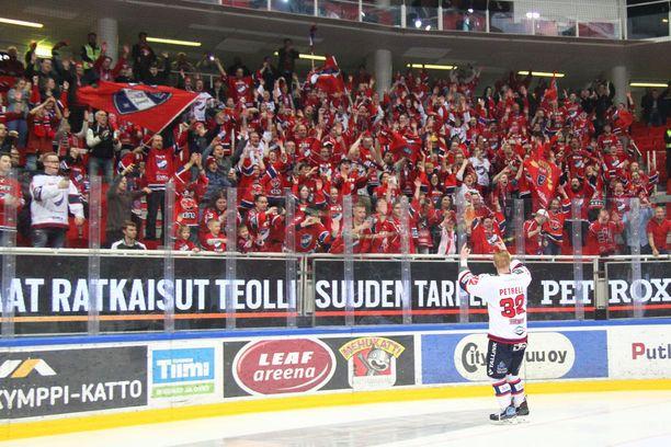 Kapteeni Lennart Petrell huudatti HIFK-faneja Turussa jatkoaikavoittoon päättyneen pronssipelin jälkeen. Finaaleissa Kärpät kukisti Tapparan.