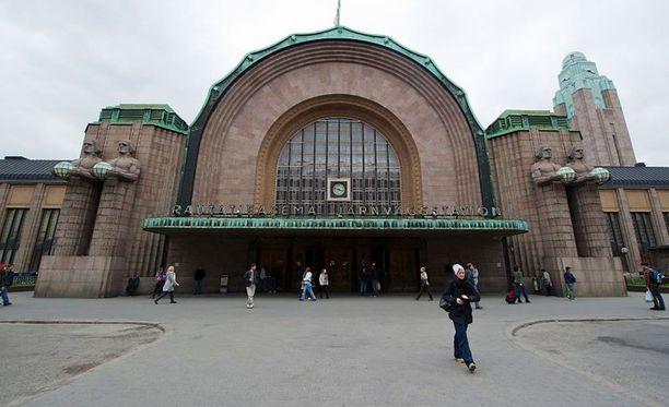 Eri etnisistä taustoista tulevat nuoret ovat selvittäneet välejään Helsingin rautatieasemalla jo kolmena iltana peräkkäin.