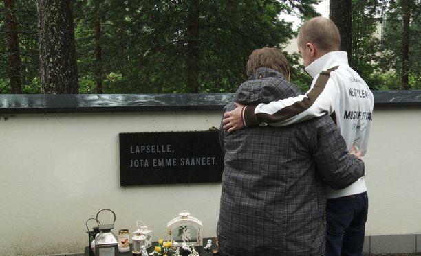 Jari Kokon dokumentti Kanarialinnut kertoo homealtistuksesta sairastuneista.