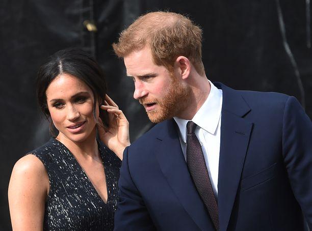 Prinssi Harrylla on vielä vaimolleen etikettiä opetettavana.