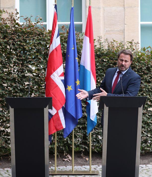 Luxemburgin pääministeri puhui tiedotustilaisuudessa yksi. Johnsonin puhujanpönttö jäi tyhjäksi.