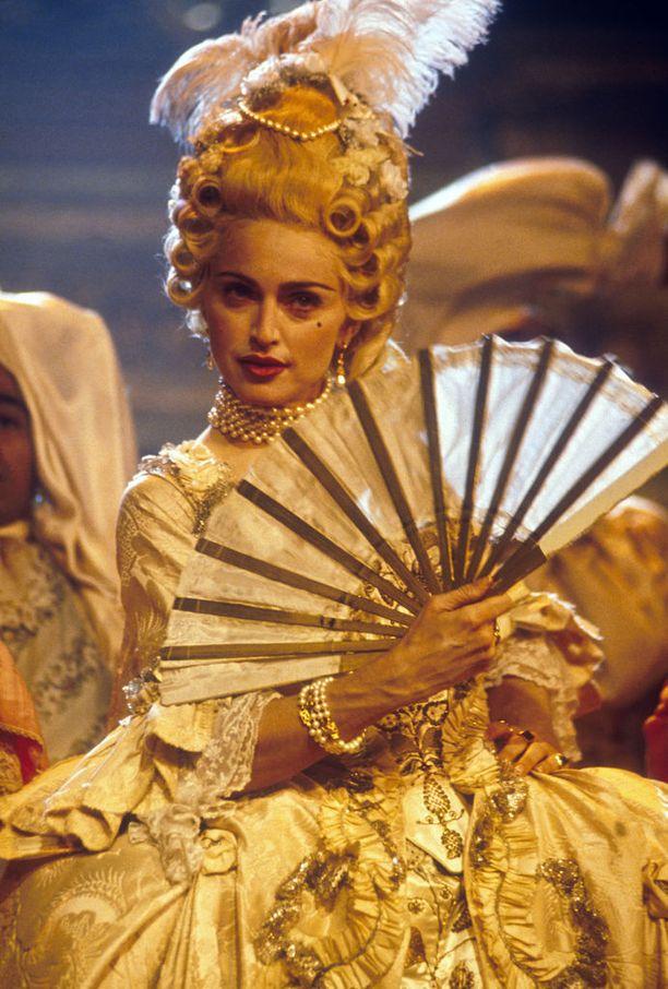 Madonna esitti menestyssinglensä Voguen MTV Video Music Awardseissa syyskuussa 1990.