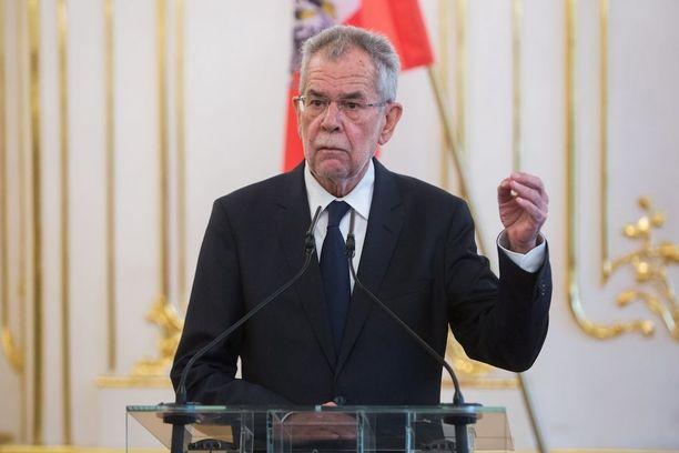 Vihreiden riveistä presidentiksi noussut van der Bellen ehdotti päähuivia kaikille itävaltalaisnaisille.