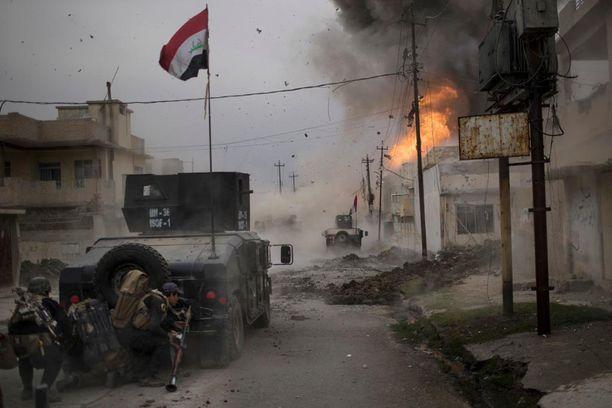 Tätä Eurooppaan? Autopommi räjähti Irakin Mosulissa kaksi viikkoa sitten, kun Irakin armeijan ajoneuvot lähestyivät Isisin asemapaikkoja.