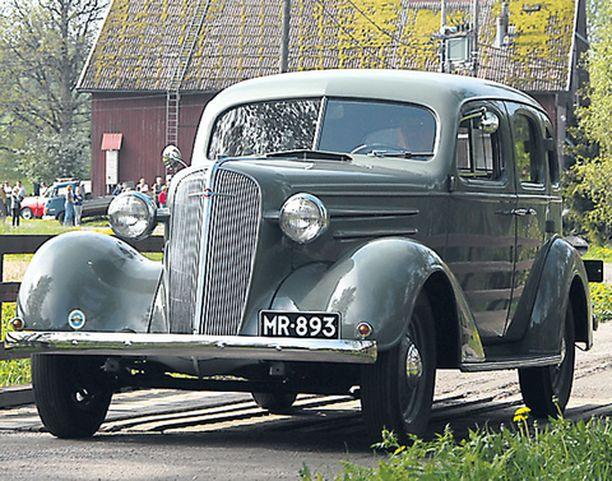 Vihreä Packard vuodelta 1941 istuu hyvin suomalaiseen kesämaisemaan.