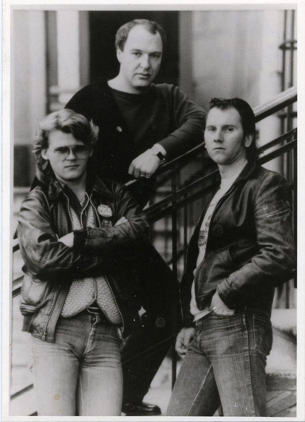 Remu ja Hurriganes. Kuvassa vasemmalla Albert Järvinen, oikealla Cisse Häkkinen. Remu vastasi bändin imagosta. - Mä sanoin, et susta tulee autoraggari ja laitat lettiin limaa
