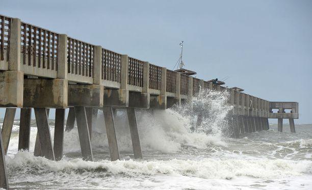 Hurrikaani Matthew lähestyy Floridaa, mutta keskiviikkona oli vielä epäselvää, iskeekö se maihin. Kuva Floridan Jacksonvillesta.