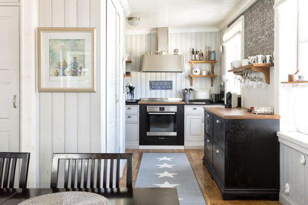 Yli 200 vuotta vanhan kodin keittiö on uusittu, ja sieltä löytyy modernin talon tarpeet induktioliedestä asti.