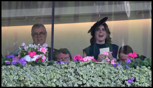 Prinssi Andrew ja prinsessa Eugenie viime kesänä Ascotin laukkakisoissa.