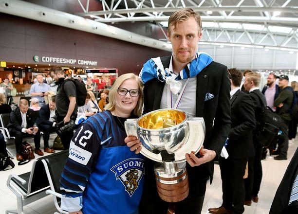 Heidi ja Marko Anttila pääsivät samaan kuvaan MM-pokaalin kanssa.