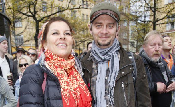 Satu Silvo ja Reidar Palmgren keväällä seuraamassa Pertti Kurikan Nimipäiviä.
