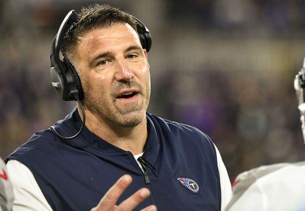 Mike Vrabel puhui kameran edessä NFL:n varaustilaisuudessa, mutta huomio kiinnittyi muualle.