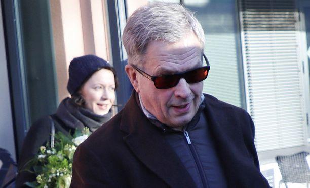 Sauli Niinistö ja Jenni Haukio poistuivat vauvan kanssa Helsingin Naistenklinikalta 5. helmikuuta.