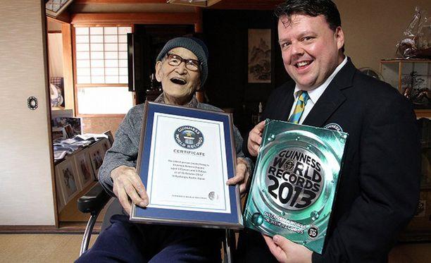Jiroemon Kimura poseerasi Guinness World Recordsin päätoimittajan Craig Glendayn kanssa vuonna 2012.