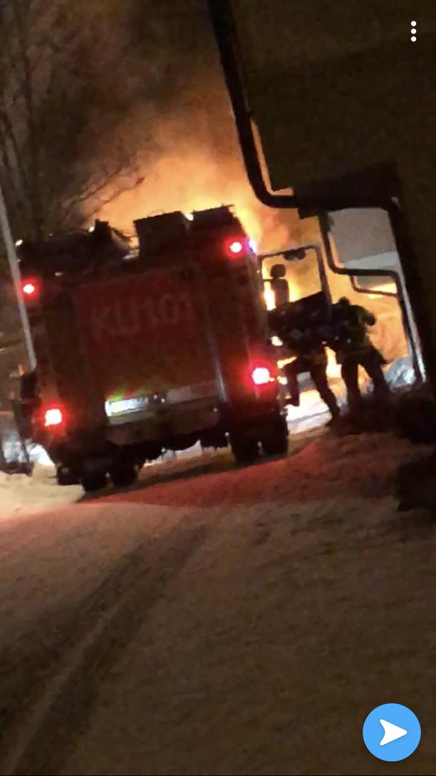 Pelastuslaitos saapui lauantaina sammutustöihin, kun auto paloi Vantaalla.