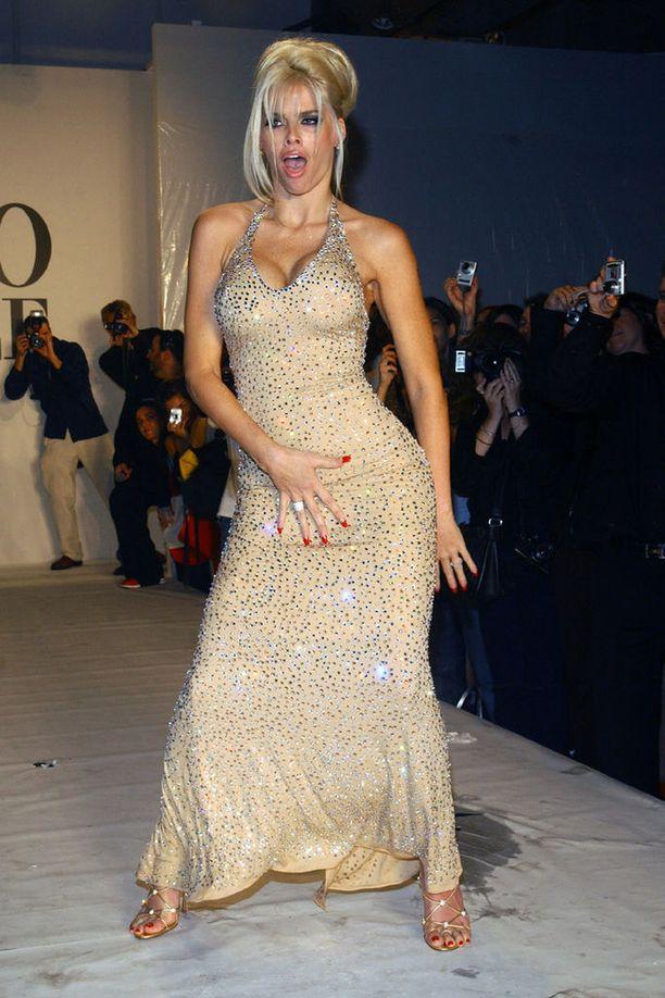 Anna Nicole glittereissään vuonna 2004.
