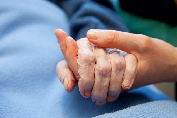 Kuolema - samoin kuin myös tieto omasta tai läheisen ihmisen kuolemaan johtavasta sairaudesta - tulee aina yllätyksenä.