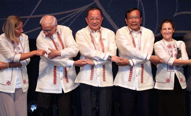 Pohjois-Korean Ri Yong-ho kuvassa keskellä. Suljetun diktatuurin ulkoministeri otti muiden korkean tason vieraiden mukana osaa seminaarileikkiin sunnuntaina Manilassa Filippiineillä.