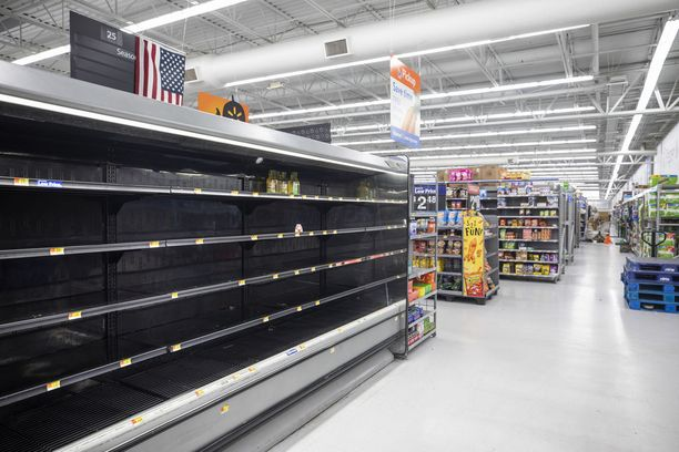 Hyllyt ammottivat jo keskiviikkona tyhjyyttään Walmart-ruokakaupassa Pohjois-Carolinan Wilmingtonissa.
