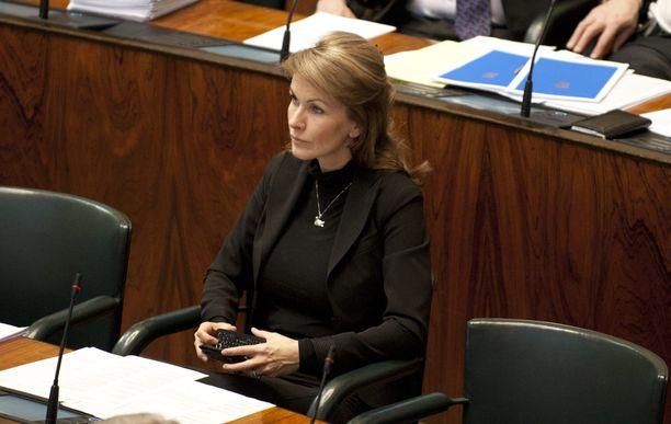 Vuonna 2011 maaliskuussa Tanja Karpela istui viimeisen kerran eduskunnassa. Hän ei enää asettunut ehdolle, vaan jäi sopeutumiseläkkeelle. Lakimuutoksen myötä hänen sopeutumiseläkkeensä lakkautetaan vuonna 2022. Tuolloin 51-vuotias ex-ministeri on ehtinyt nauttia 11 vuoden ajan noin 4 500 euron kuukausieläkkeen.
