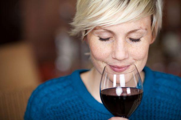 Useampi kuin joka kymmenes työssä käyvä nainen käyttää alkoholia yli riskirajojen.