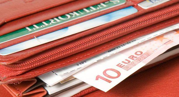 Varas vei muun muassa asukkaan lompakon. Kuvan lompakko ei liity tapaukseen.
