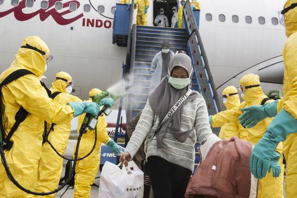 Useat maat ovat viime päivinä evakuoineet kansalaisiaan epidemia-alueilta Kiinasta. Wuhanista tuotuja ihmisiä odotti lentokentällä Indonesiassa iso desinfiointiryhmä.
