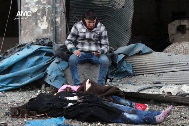 Mies suri kuolleita perheenjäseniään Itä-Aleppossa viikko sitten.