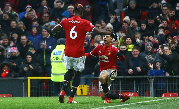 Alexis Sánchez valmistautuu vastaanottamaan vaihtomies Paul Pogban onnittelut ensimmäisestä Manchester United -maalistaan.