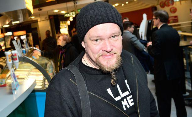 Ville Haapasalo Me Rosvolat -elokuvan ensi-illassa.