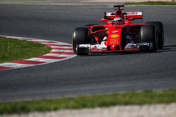 Kimi Räikkösen testikierros pesi leikiten Lewis Hamiltonin paalupaikka-ajan viime kaudelta.