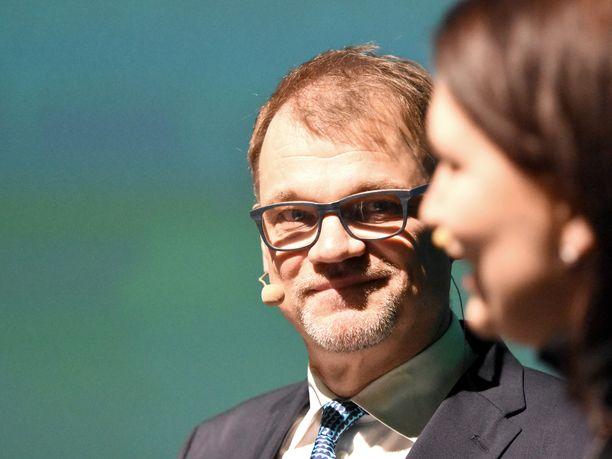 Keskustan puheenjohtaja Juha Sipilä kuunteli puoluesihteeri Ri9ikka Pirkkalaista puolueen vaalikampanjan avauksessa Helsingissä.