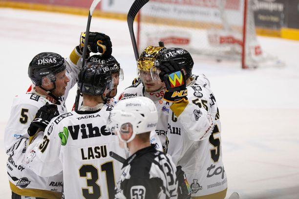 Kärpät juhli finaalisarjan ensimmäisen osan voittoa.