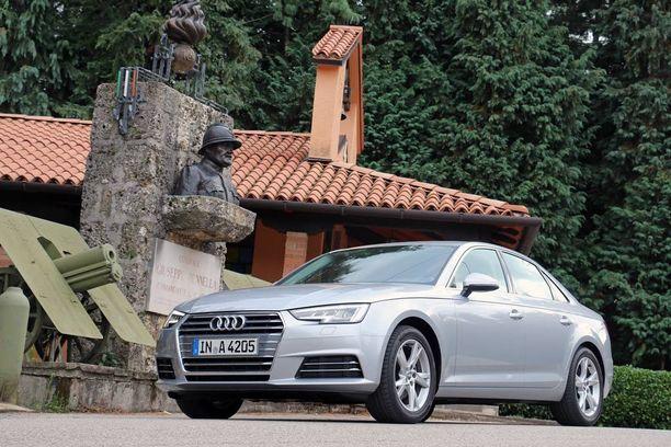 Hypermoderni 2000-luvun Audi A4 ja 1900-luvun alun italialaissankari kenraali Giuseppe Pennella pääsivät samaan kuvaan.