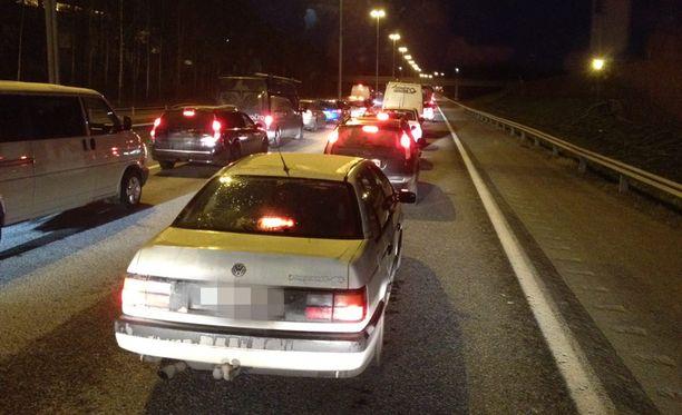 Liikenne Lahdenväylällä on pahoin ruuhkautunut.