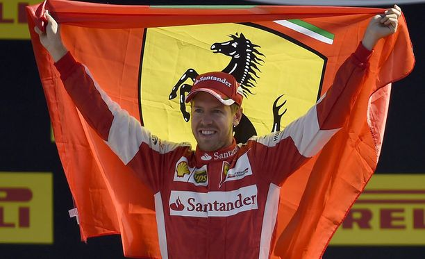 Sebastian Vettel juhli kakkostilaansa Ferrari-fanien kanssa.