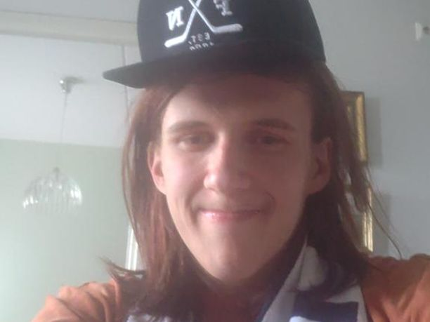 Anttoni Ronkainen ilahtui Jääkiekkoliitolta saamistaan fanikamoista.