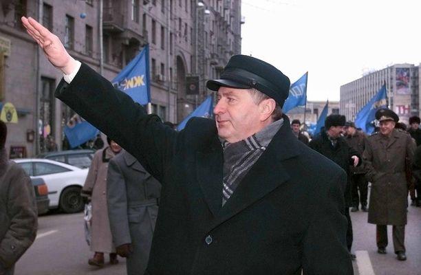 Liberaalidemokraattien puheenjohtaja tervehtii kannattajiaan Moskovassa joulukuussa 1999.