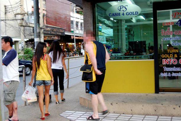 Jani hieroo pikakauppoja Walking Streetin kulmalla.