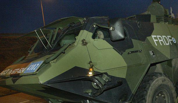 Pasi ei kestä tienvarsipommia. Kuva Aalto 2004-sotaharjoituksesta.