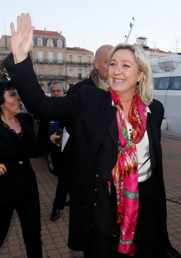 """Marine Le Pen yrittää luoda allianssia Timo Soinin liittolaisen, UKIP-puolueen kanssa. Le Penin mukaan Kansallinen rintama ja UKIP ovat samaa mieltä siitä, että Euroopan teknokraattien """"pitää kadota"""" ja """"Euroopan Neuvostoliiton"""" romahtaa."""