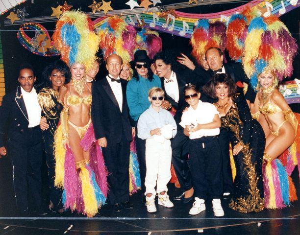 Michael Jackson Bahamalla lapsiystävänsä, näyttelijä Macaulay Culkinin kanssa vuonna 1991. Culkin ei ole syyttänyt Jacksonia sopimattomasta käytöksestä.