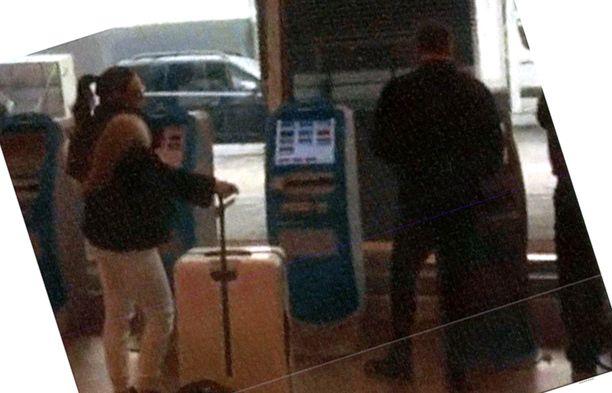Ranta-aho ja Belórf kuvassa lentokentällä.
