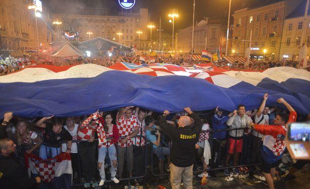 Jättikokoinen Kroatian lippu levitettiin kadulle.
