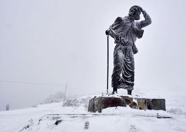 Patsas Lugossa sai ylleen lumihunnun.