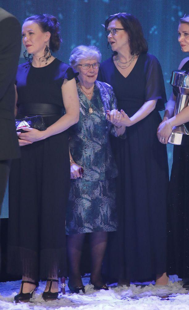 Vieno Nykänen oli lavalla muiden voittajien ja palkinnon vastaanottajien kanssa.