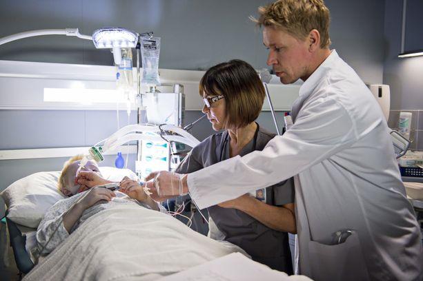 Osastonhoitaja Lenita ja anestesialääkäri Ilmari (Matti Ristinen) jatkavat uudella kaudella potilaiden auttamista.