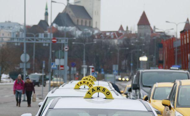 Mafiataksit kiilaavat jonojen eteen ja uhkailevat muita taksinkuljettajia väkivallalla.