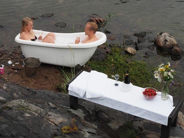 Jesse treffailee naisiaan kylpyammeessa.